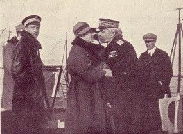 The poet Gabriele D'Annunzio (left) embracing Admiral Millo in 1922.