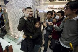 hong-kong-residents-protest-harass-mainland-tourists-01[1]